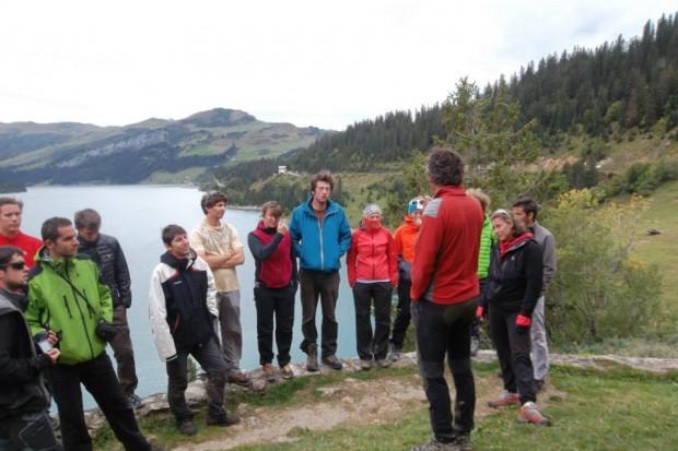 intervention de Pierre Renau sur les géopatrimoines à la chapelle du lac de Roselend.